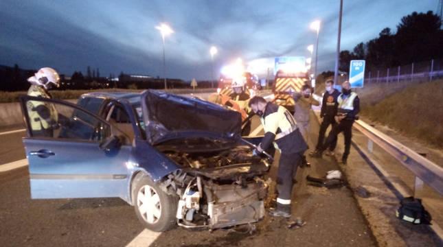 Servicios de emergencia junto al coche accidentado en la A-21.