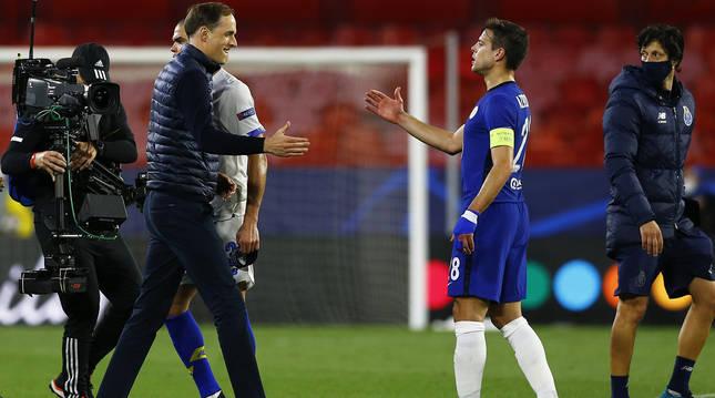 El técnico del Chelsea Thomas Tuchel celebra con su capitán, César Azpilicueta, la clasificación para semifinales.