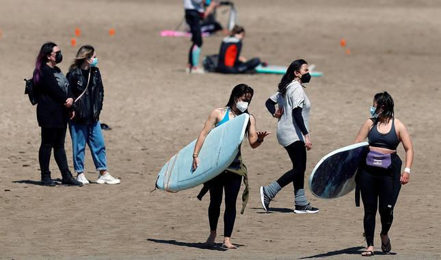 Foto de un grupo de jóvenes disfrutando de la playa de la Malvarrosa.