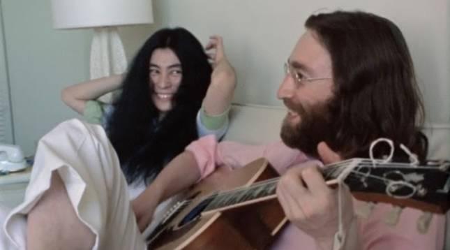 John Lennon y Yoko Ono en su habitación de un hotel de Bahamas en la que grabaron el primer vídeo del mítico tema 'Give Peace A Chance'