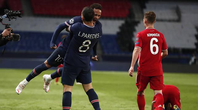 Leandro Paredes abraza a Neymar Jr. tras lograr el pase y eliminar al vigente campeón, Bayern de Múnich.