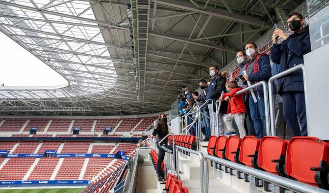Foto de una visita guiada de socios rojillos por el reformado estadio de El Sadar.