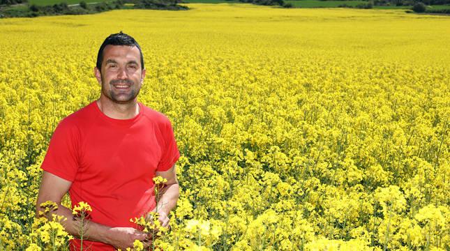 El agricultor Iñaki Martínez Beriáin, en su campo de colza en Amátriain (Valdorba).