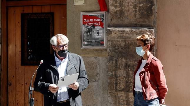El secretario general de la UGT en Navarra,Jesús Santos, y la secretaria general del PSN-PSOE, María Chivite, durante el acto.