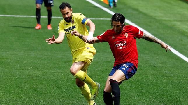 Juan Cruz (Osasuna), una acción en el partido ante el Villarreal.