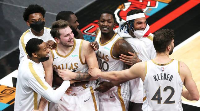 Doncic recibe las felicitaciones de sus compañeros tras anotar el triple ganador ante los Grizzlies.