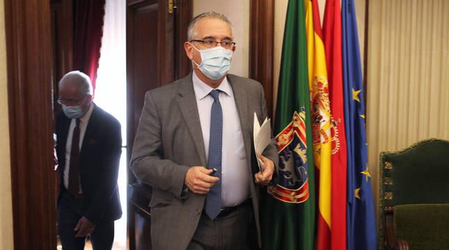 Enrique Maya a su llegada al pleno del Ayuntamiento de Pamplona de este jueves, 15 de abril.