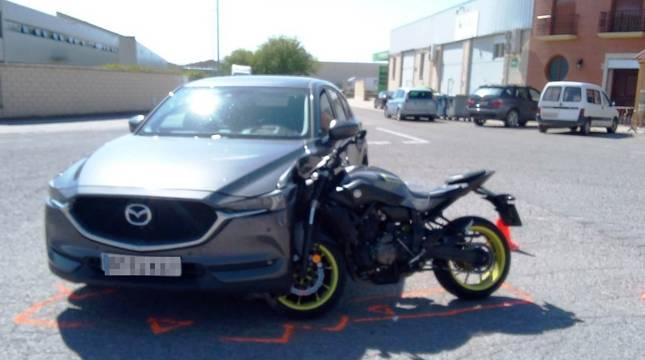 Foto de la moto y el coche protagonistas del accidente en Azagra.