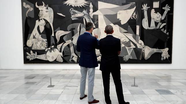 El Rey de España acompañó al expresidente de EEUU Barack Obama en una visita privada al Museo Reina Sofía en 2018.