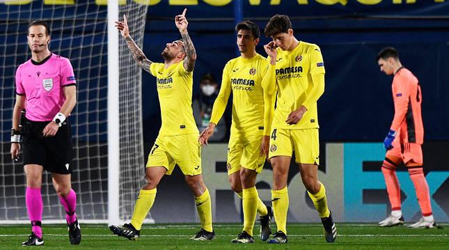 Paco Alcácer celebra el tanto junto al otro goleador de la noche, Gerard Moreno, y el defensa Pau Torres.