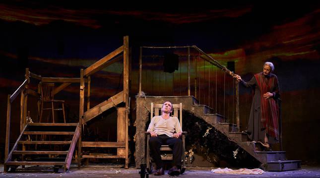 Foto de Pablo Derqui, junto a Vicky Peña, en un momento de la representación de Pedro Páramo, obra en la que interpretan y ponen voz a una veintena de personajes.