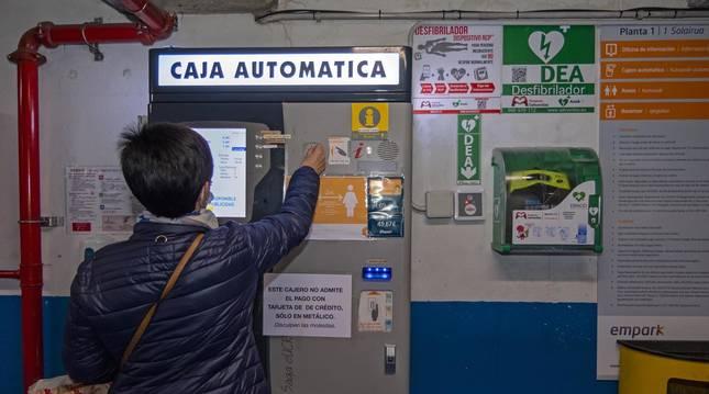 Una usuaria abona su pago en metálico al ir a recoger su vehículo del parking subterráneo de Estella.