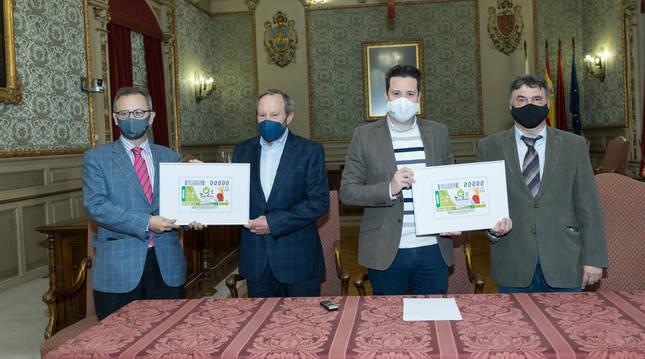 Representantes de la ONCE han hecho entrega del cupón a Tudela (Navarra), en un acto en el Ayuntamiento.