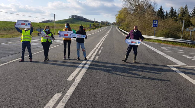 Cinco manifestantes cortan el tráfico de la N-121-A a la altura del cruce de Lantz.