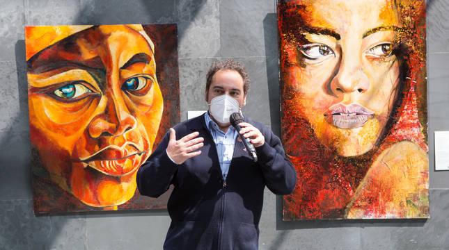 Antonio Soto, delante de dos de sus obras
