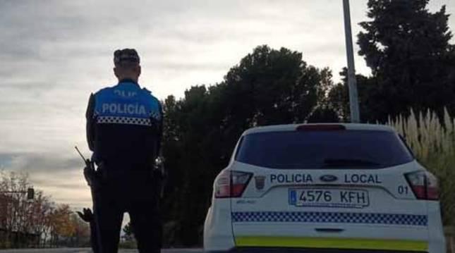 Foto de un agente y vehículo de la Policía Local de Tudela (Navarra).