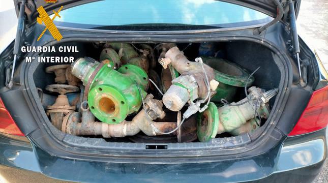 El material incautado en el maletero del vehículo.