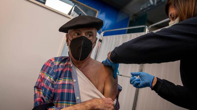 Con boina calada con elegancia, Manuel Romano Jiménez descubre su hombro izquierdo para ser inoculado con la primera dosis contra la amenaza del coronavirus.