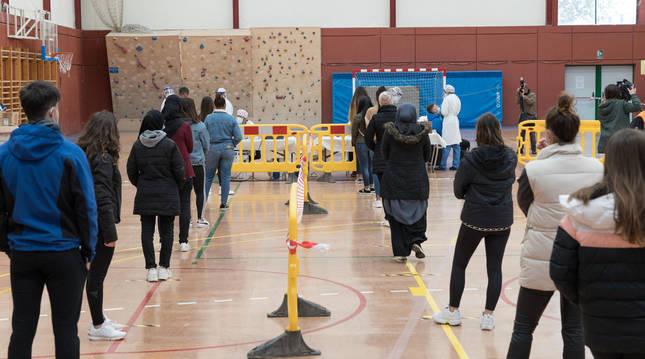 Varios jóvenes esperan su turno para hacerse la prueba en Villafranca.