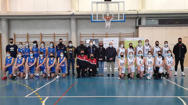 La consejera Esnaola, el director gerente de Instituto Navarro del Deporte, Miguel Pozueta, y el presidente de la Federación Navarra de Baloncesto, Pablo Bretos, junto a jugadoras cadetes de baloncesto.