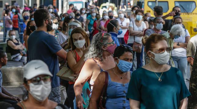 Cola de personas que esperan a ser vacunados contra la COVID-19 en Río de Janeiro.