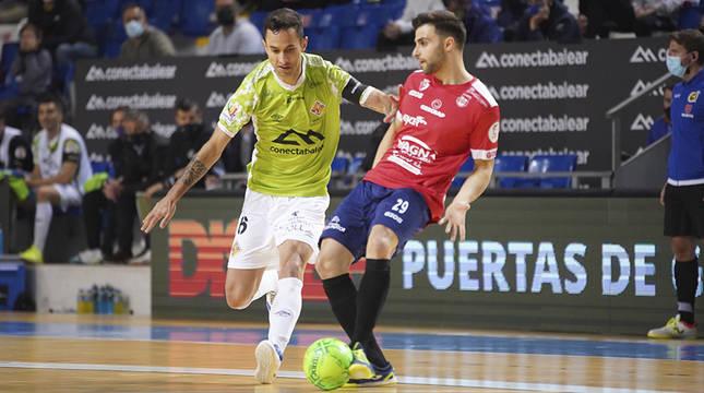 César, de Osasuna Magna Xota, da un pase ante Joao Batista, de Palma Futsal.