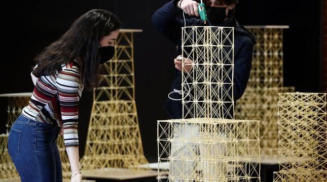 Estudiantes de la Escuela de Arquitectura de la Universidad de Navarra dejaban lista la sala de pruebas para testar este sábado la resistencia sísmica de las estructuras mediante pruebas realizadas en maquetas de edificios y aerogeneradores construidas con diferentes materiales, entre ellos espaguetis.
