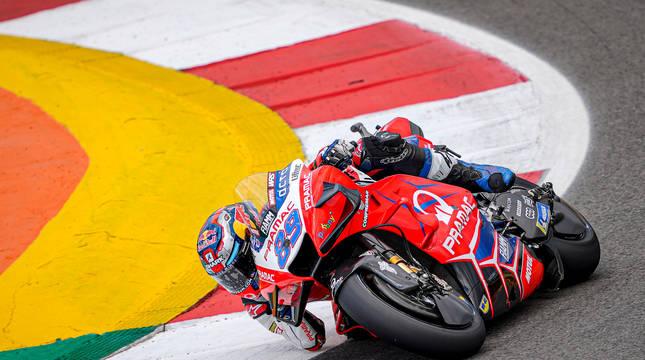 Jorge Martín, en el circuito de Portimao, antes de sufrir una fuerte caída.