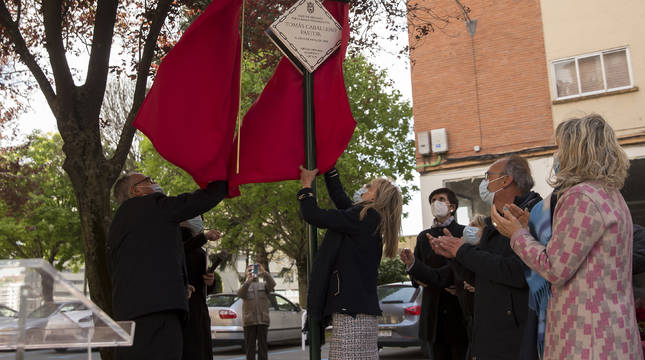 El alcalde Enrique Maya descubre la placa en homenaje de Tomás Caballero, en la calle Mutilva Baja.