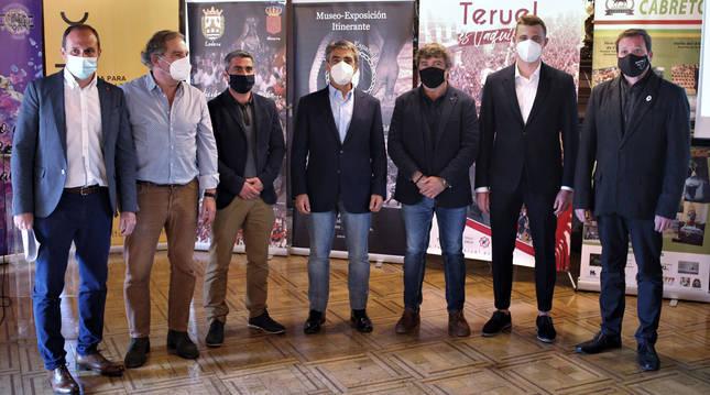Representantes de la Plataforma para la Defensa de los Festejos de Tauromaquia Tradicional y el ganadero Victorino Marín, en la presentación celebrada en Pamplona.