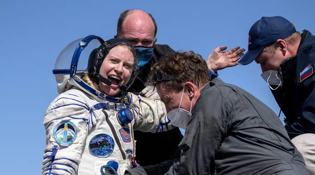 Momento en el que la astronauta de la NASA Kathleen Rubins es ayudada a salir de la cápsula