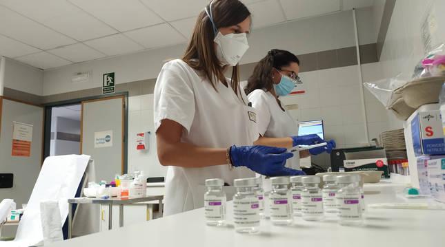Enfermeras preparan dosis para administrar vacunas contra la covid-19 en La Rioja.