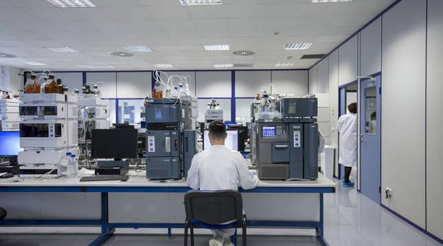 Uno de los empleados de Idifarma trabaja delante del ordenador en uno de los laboratorios de la compañía, en Noáin.