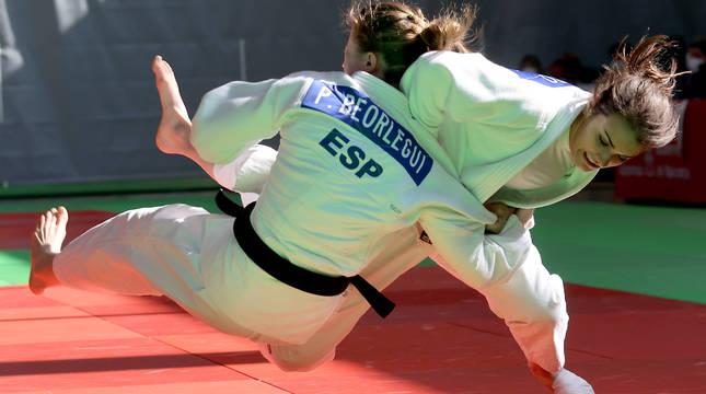 Ariane Toro  (Irabia) proyecta a Paula Beorlegui (Shogun) en su combate dentro de la categoría de  -52 kilos. La primera se colgó el oro.