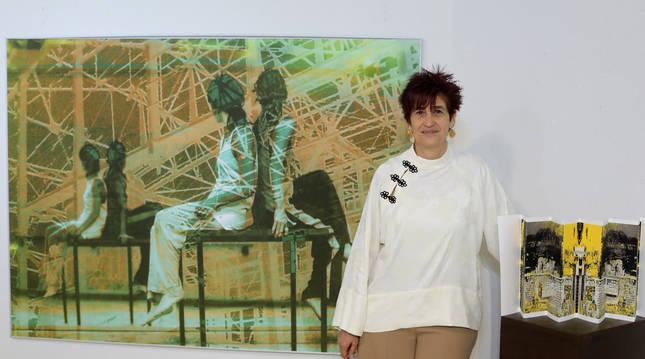 Belén Arévalo, en la galería Ormolú junto a un collage y una de sus obras en papel plegado.