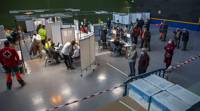 Proceso de vacunación en el frontón de la Universidad Pública de Navarra de Pamplona.