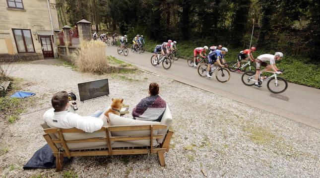 El pelotón a su paso por Valkenburg en la Amstel Gold Race.