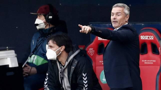 Fran Escribá dirige a sus jugadores en El Sadar en la victoria de Osasuna frente al Elche.