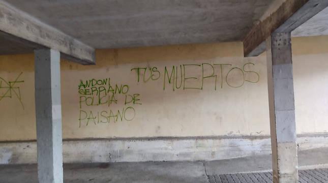 Imagen de las pintadas que han aparecido en Zizur Mayor, sobre el edil Andoni Serrano.