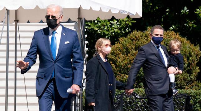 Hunter Biden, con su pequeño hijo en brazos y acompañado de su actual mujer y su padre el presidente de EE UU, Joe Biden