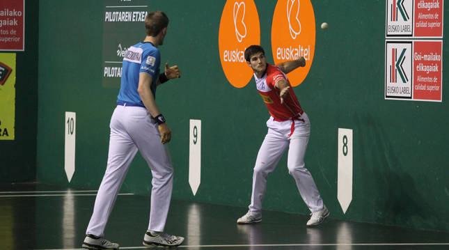 José Javier Zabaleta le suelta a la pelota en presencia de Jon Mariezkurrena durante el partido de ayer en el frontón Labrit. El de Etxarren estuvo ayer mayúsculo.