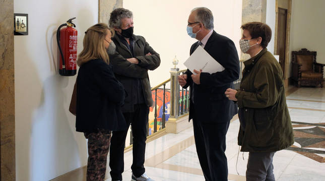 Ana Beriáin (izquierda) y Juan Carlos Oroz (Anapeh) conversan con Enrique Maya y la concejal Ana Elizalde, ayer en el ayuntamiento.