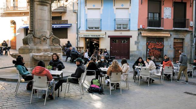 Grupos de personas sentados en las terrazas de Navarrería, en Pamplona.