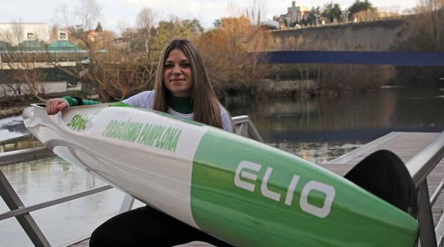 Nerea Dávila Nuin, de 26 años, en el Club de Piragüismo de Pamplona, donde hace prácticas.