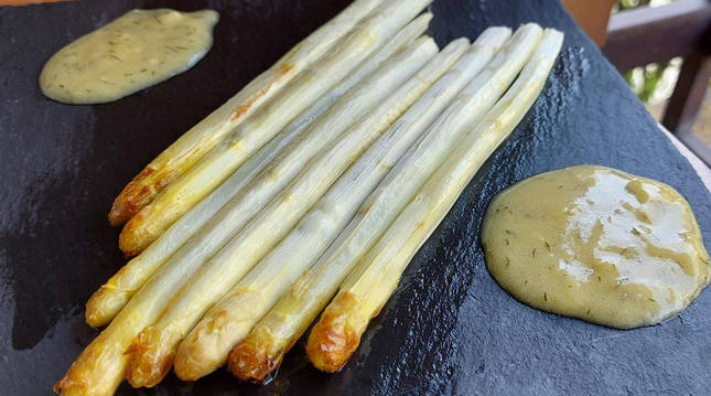 Espárragos al horno con salsa de eneldo