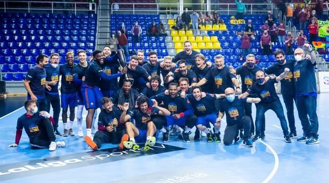 La plantilla del Barcelona celebra el título en el Palau.