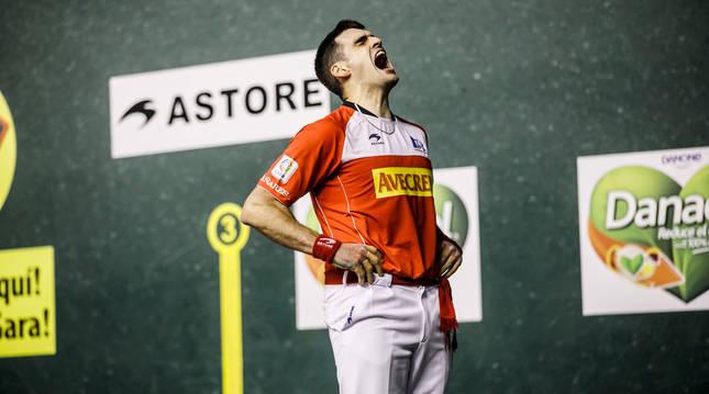 Joseba Ezkurdia se lamenta de un error durante el partido en el frontón Adarraga de Logroño.