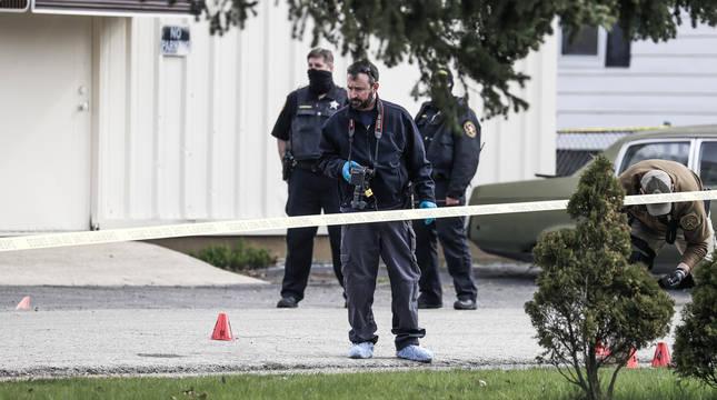 Investigadores en el lugar del tiroteo en Kenosha, Wisconsin.