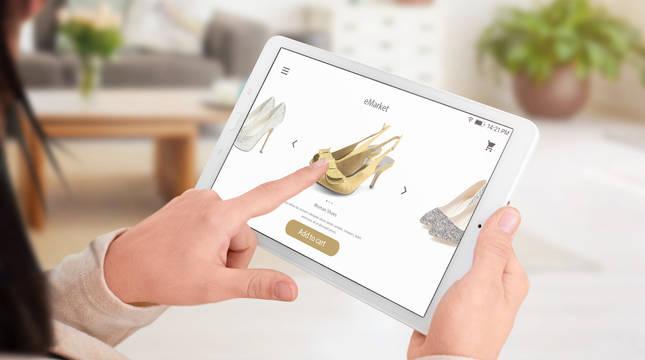 Una chica selecciona los artículo que va a comprar en una plataforma de ventas on line.