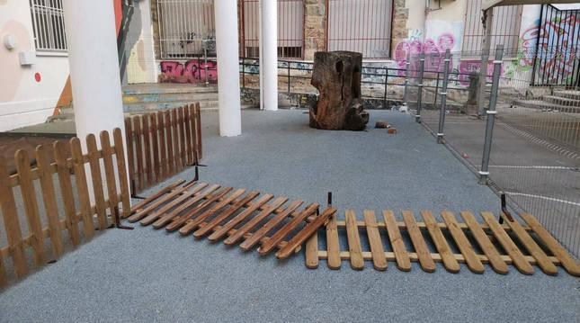 Foto de la zona escolar afectada en Huarte por actos vandálicos.